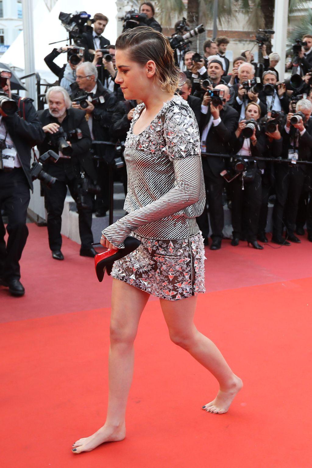 Kristen Stewart barefoot