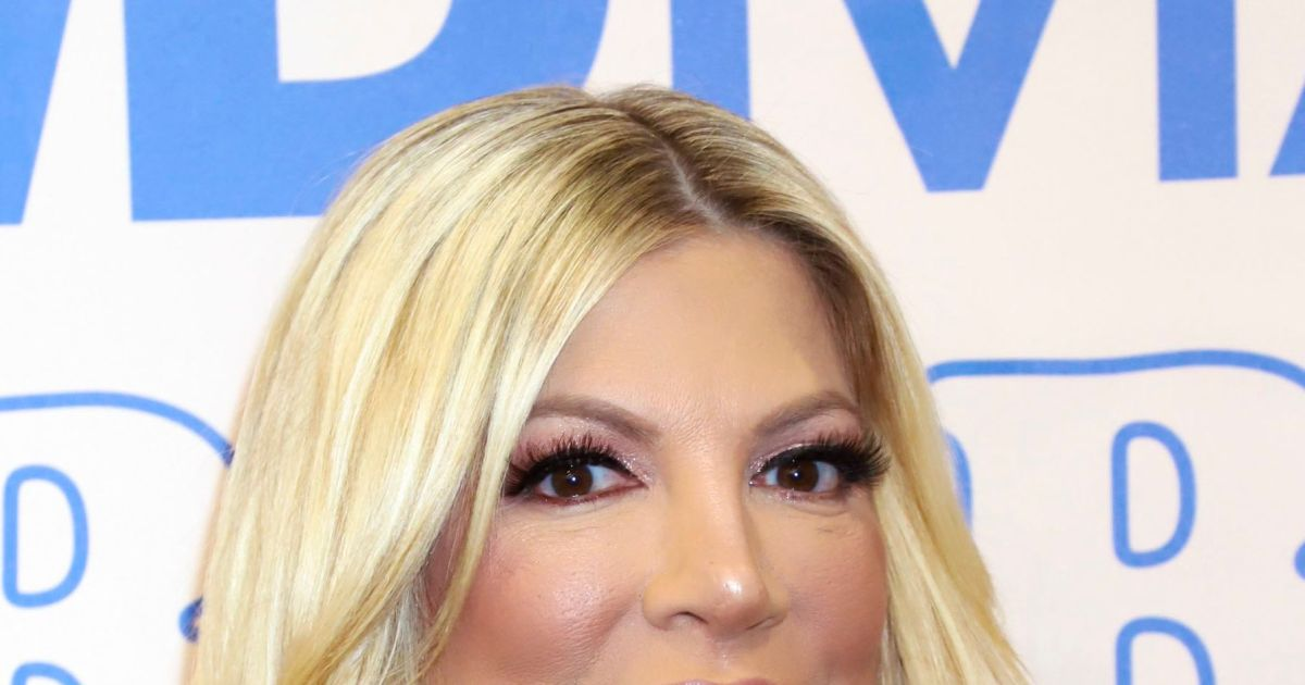 Tori Spelling twins with pal, looks 'unrecognizable' in new pics.jpg